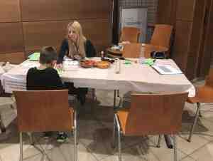 Szabó Beáta kolléganőnk papírból denevér bábut készít