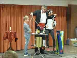 A bűvész a gyerekeket is bevonta a produkcióba