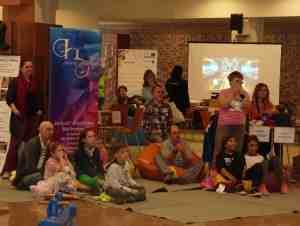 A közönség a bűvész produkciója közben